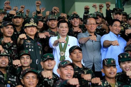 Tổng thống Philippines Rodrigo Duterte (giữa) thăm trụ sở quân đội ở TP Taguig ngày 4-10. Ảnh: REUTERS