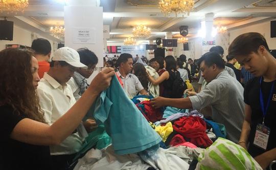 Quần áo của nhiều nhãn hiệu nổi tiếng được chất thành đống, giảm giá rất nhiều