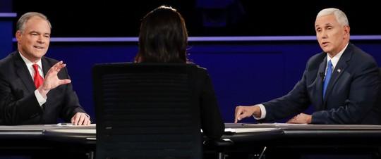 Hai ông Tim Kaine (trái) và Mike Pence (phải) tranh luận vào tối 4-10. Ảnh: AP
