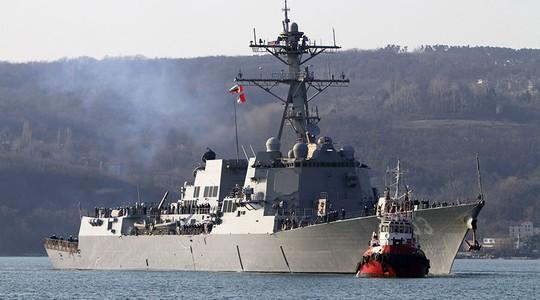 Tàu khu trục tên lửa dẫn đường USS Truxtun của Mỹ tiến vào cảng Varna ở biển Đen. Ảnh: REUTERS