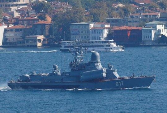 Thu Mirazh trang bị tên lửa của Nga tới Địa Trung Hải hôm 7-10. Ảnh: REUTERS