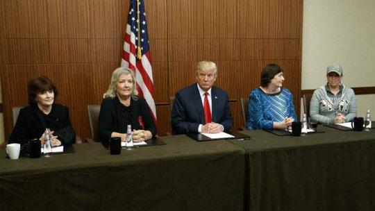 Ông Trump (giữa) tổ chức một cuộc họp với nhóm phụ nữ vài giờ trước khi diễn ra cuộc tranh luận. Ảnh: AP