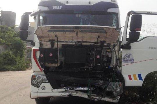 Đầu chiếc xe tải cũng bị méo mó, hư hỏng sau cú va chạm