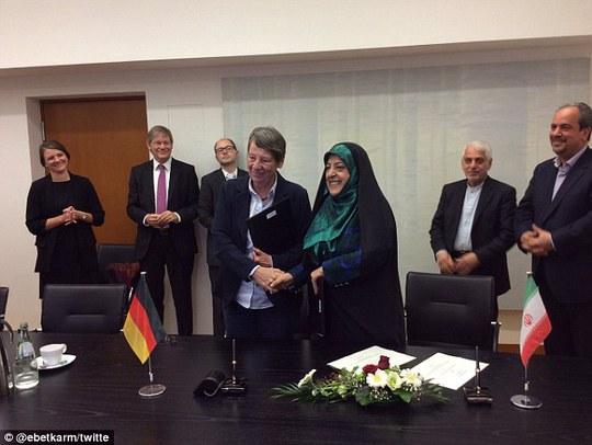 Bà Ebtekar (phải) bắt tay bà Hendricks tại thủ đô Berlin. Ảnh: TWITTER