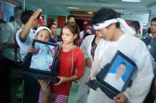 Gia đình mang di ảnh mẹ con sản phụ tới bệnh viện đòi các cơ quan chức năng sớm công bố nguyên nhân tử vong