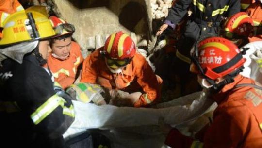 Lực lượng cứu hộ đưa bé gái ra khỏi đống đổ nát. Ảnh: IMAGINE CHINA