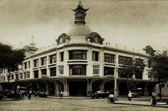 Thương xá Tax khi mới xây dựng có tên Les Grands Magazins Charner (GMC) theo kiến trúc kiểu Pháp. Đầu thập niên 60, GMC được Hội Mậu dịch đổi tên thành thương xá Tax, chia nhỏ cho các tiểu thương buôn bán (Ảnh tư liệu).