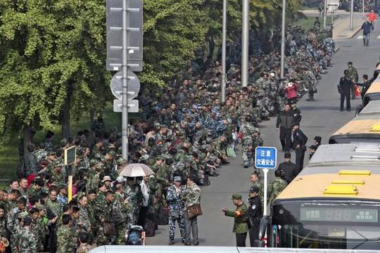 Hàng chục xe cảnh sát vũ trang, xe buýt được huy động chắn ngang lối vào trụ sở Bộ Quốc phòng. Ảnh: AP