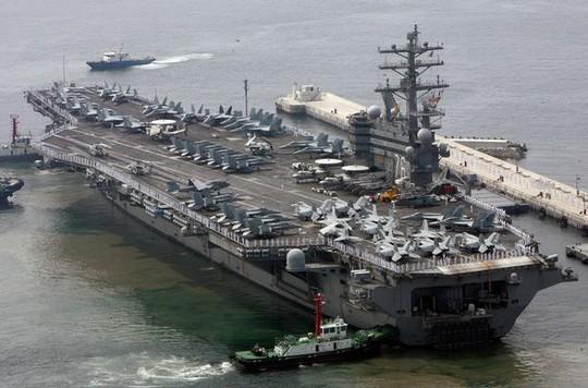 Tàu USS Ronald Reagan tới căn cứ hải quân Hàn Quốc ở TP Busan. Ảnh: REUTERS