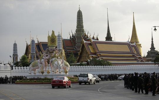 Chiếc Mercedes màu xanh – trắng chở thi hài Quốc vương Bhumibol tới hoàng cung chiều tối 14-10. Ảnh: AP