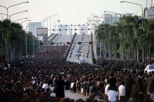 Đoàn xe chở linh cữu Vua Bhumibol băng qua cây cầu Pin Klao hướng tới Đại Hoàng cung. Ảnh: EPA