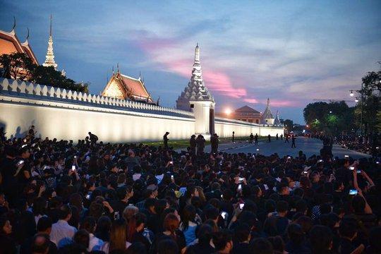Người dân đứng bên ngoài cung điện chiều tối 15-10. Ảnh: STRAITS TIMES