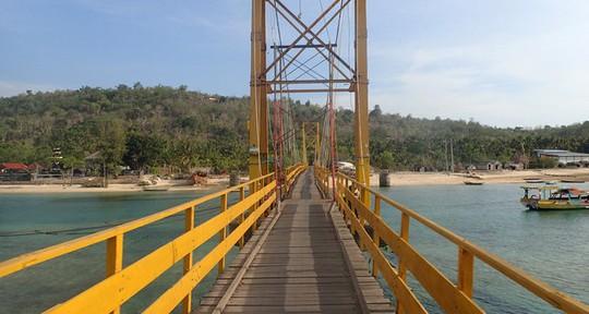 """""""Cầu Vàng"""" nối liền đảo Lembongan và đảo Ceningan. Ảnh: REUTERS"""