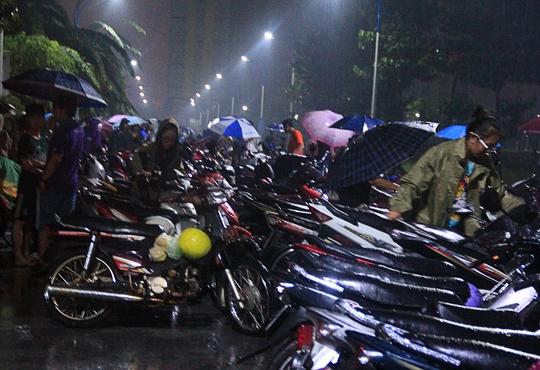 Các bạn sinh viên vất vả tìm kiếm xe máy của mình.