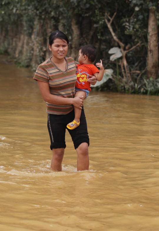 Một số nơi nước đã rút người dân có thể đi lại theo con đường xi măng của xã, tuy nhiên họ vẫn không dám đi xa vì nước vẫn còn đến gần đầu gối, dễ sụp hố