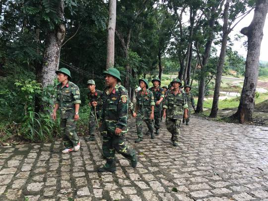 Các chiến sĩ nghỉ ngơi sau một ngày tìm kiếm