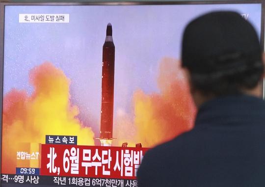 Truyền hình Hàn Quốc phát sóng một vụ thử tên lửa của Triều Tiên hôm 15-10. Ảnh: AP