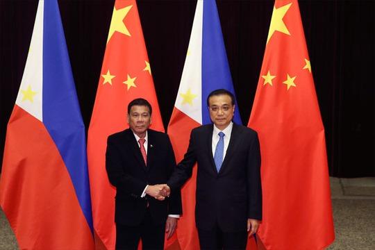 Ông Duterte (trái) bắt tay Thủ tướng Trung Quốc Lý Khắc Cường tại Bắc Kinh hôm 20-10. Ảnh: AP
