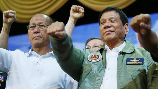 Nhà lãnh đạo Philippines (phải) bên cạnh Bộ trưởng Quốc phòng Delfin Lorenzana. Ảnh: AP