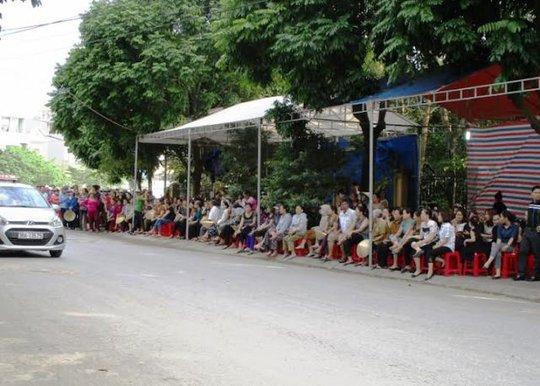 Người dân Thanh Hóa đã có mặt tại đường Trần Oanh gần nhà thượng úy Nguyễn Văn Tùng đề chờ đón thi thể người phi công hy sinh về quê nhà