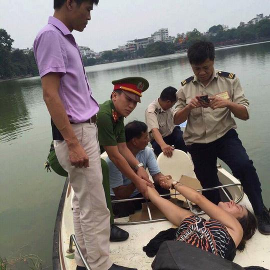 Lực lượng chức năng đưa người phụ nữ nước ngoài lên bờ