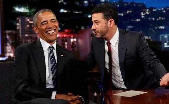 Tổng thống Obama (trái) xuất hiện trên chương trình Jimmy Kimmel Live của đài ABC. Ảnh: REUTERS