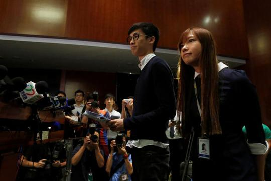 Hai nghị sĩ Yau Wai-ching, 25 tuổi (phải) và Baggio Leung, 30 tuổi. Ảnh: REUTERS
