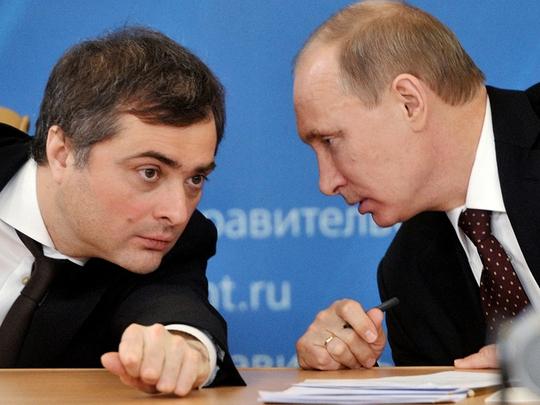 Ông Vladislav Surkov (trái) và Tổng thống Putin. Ảnh: CONVERSATIONS.E-FLUX
