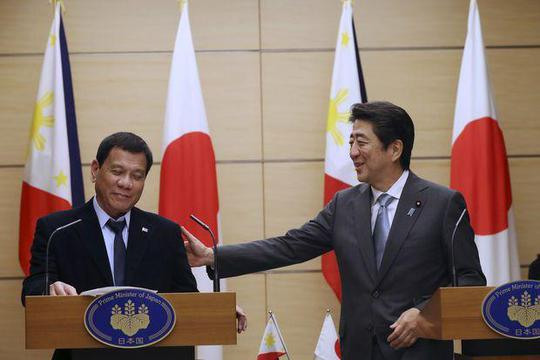 Tổng thống Duterte (trái) họp báo chung với Thủ tướng Abe tại Tokyo hôm 26-10. Ảnh: AP
