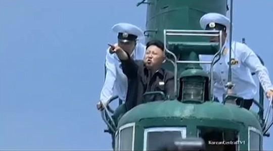 ... và đi tàu ngầm. Ảnh: YOUTUBE