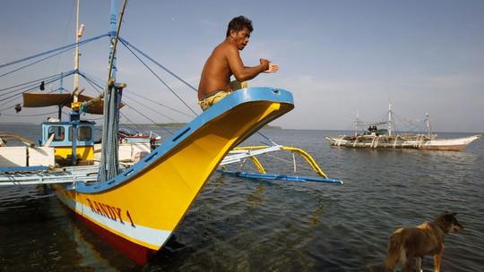 Một ngư dân Philippines vừa trở về từ bãi cạn Scarborough. Ảnh: REUTERS