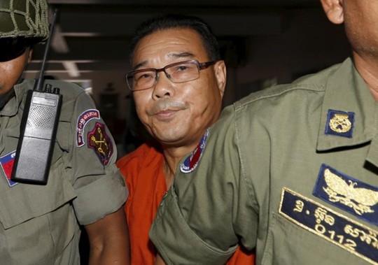 Cảnh sát hộ tống ông Hong đến tòa án ngày 7-10-2015. Ảnh: REUTERS