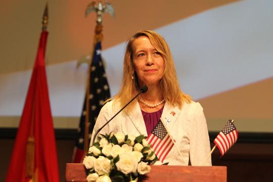 Tổng Lãnh sự Mỹ tại TP HCM, bà Mary Tarnowka, cho biết người Mỹ rất tự hào về truyền thống chuyển giao quyền lực trong hòa bình. Ngày hôm nay, người Mỹ đi bầu cử không chỉ chọn tổng thống mà còn quyết định các thống đốc bang, toàn bộ Hạ viện và một phần ba Thượng viện Hoa Kỳ. Qua đó, bà cũng cảm ơn những người đã theo sát cuộc bầu cử Tổng thống lần thứ 45 này.