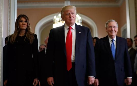 Ông Trump (giữa), phu nhân Melania Trump (trái) và thủ lĩnh phe đa số tại Thượng viện Mitch McConnell sau cuộc họp hôm 10-11 ở  Capitol Hill. Ảnh: AP