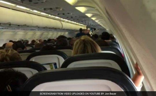 Phi công kêu gọi hành khách bình tĩnh sau vụ tranh cãi. Ảnh: YOUTUBE