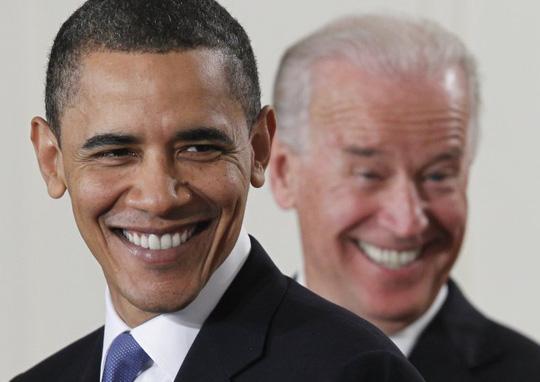 Ông Biden cười tinh quái phía sau cấp trên tại Phòng Đông ở Nhà Trắng, trước khi Tổng thống Obama ký dự luật chăm sóc sức khỏe ngày 23-3-2010. Ảnh: AP