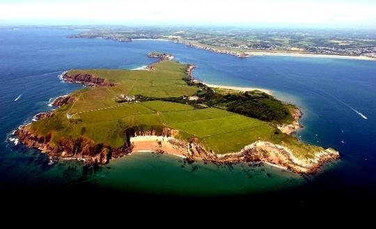 Hòn đảo thiêng Caldey nhìn từ trên cao. Ảnh: LOTHLORIEN COTTAGE