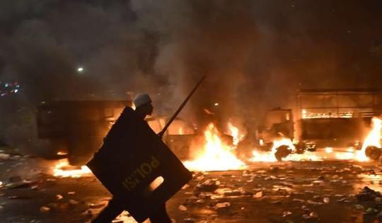 Đụng độ giữa người biểu tình và cảnh sát hôm 4-11. Ảnh: REUTERS