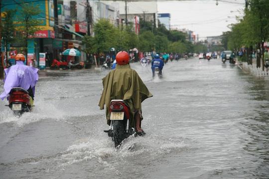 Đường phố Tam Kỳ cũng biến thành biển nước