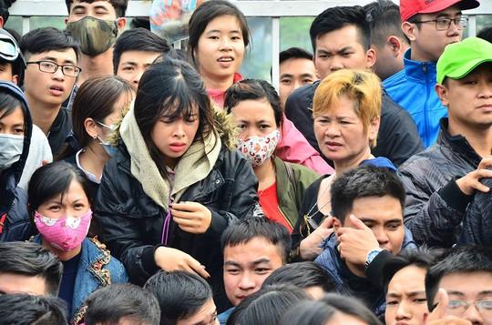 Hàng ngàn người dân tụ tập trước sân vận động Mỹ Đình để mua vé
