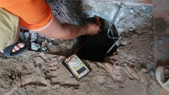 Người dân khoan xuống nền nhà và thử bút thử điện thấy phát sáng - Ảnh: CTV