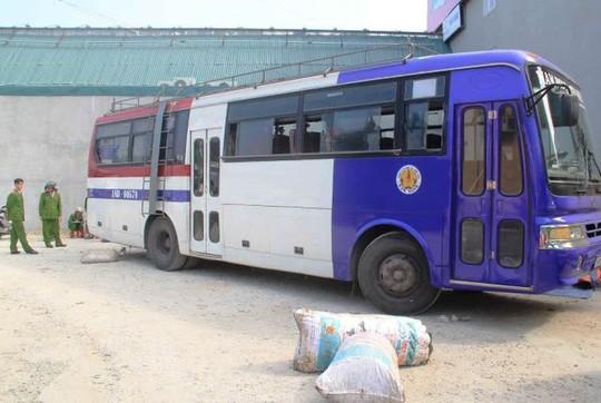 Chiếc xe khách biển số Nam Định định phi tang 10 bao thực phẩm bẩn nhưng bất thành