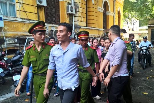 Hai bị cáo Nguyễn Chí Dũng và Huỳnh Anh Trí được áp giải sau phiên tòa (Ảnh: N.D.).