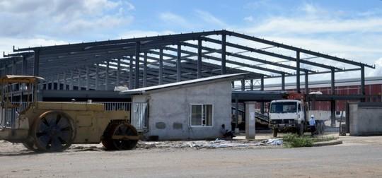 Nhà xưởng đang gấp rút xây dựng của Công ty Nhôm toàn cầu Việt Nam - Ảnh: Đông Hà
