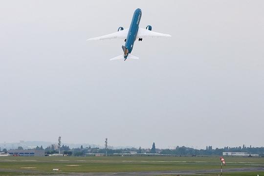 Ngày 15 đến 21-6-2015, siêu máy bay Boeing 787-9 Dreamliner trình diễn cất cánh gần như thẳng đứng tại Triển lãm hàng không Paris lần thứ 51 tổ chức ở sân bay Le Bourget (Pháp)