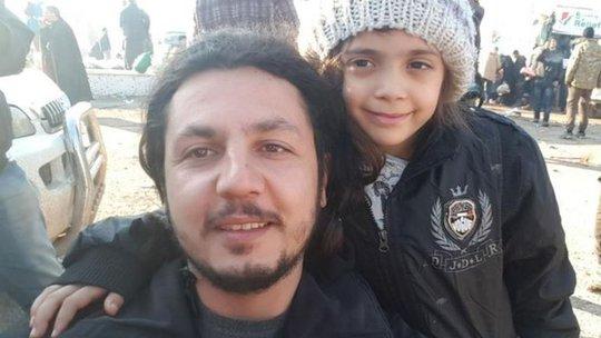 Bana chụp hình với một nhân viên cứu trợ Thổ Nhĩ Kỳ sau khi rời khỏi Aleppo. Ảnh: TWITTER
