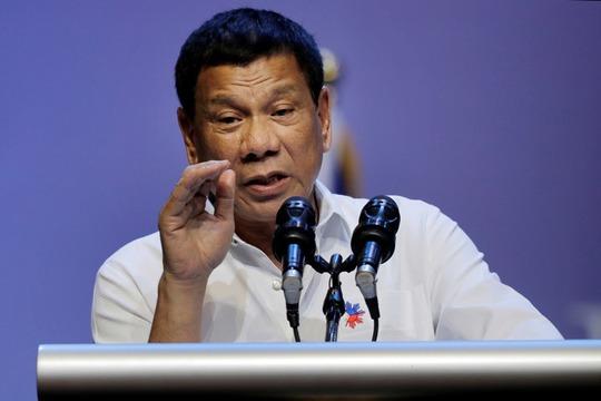 Tổng thống Duterte phát biểu trong chuyến thăm Singapore hôm 16-12. Ảnh: AP