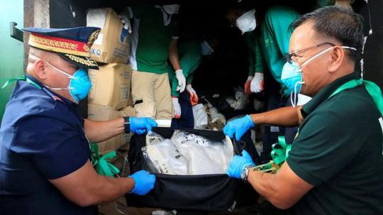 Cảnh sát Philippines thu giữ ma túy đá trong cuộc đột kích hồi tháng 11. Ảnh: REUTERS