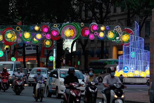 Khi đường phố lên đèn, trên các con phố, tuyến đường tại trung tâm luôn ngập tràn ánh sáng bằng đèn trang trí