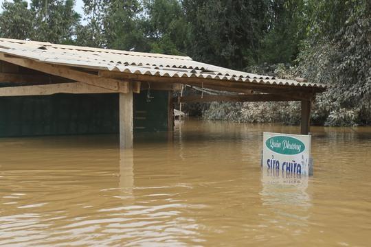 Tuy nhiên đồ đạc và nhà cửa một số nơi vẫn còn bị ngập cao dù nước đã rút